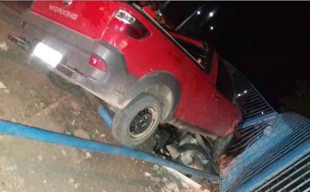 Em Delmiro Gouveia,  jovem fica  ferido após colidir veículo no muro da Fábrica da Pedra