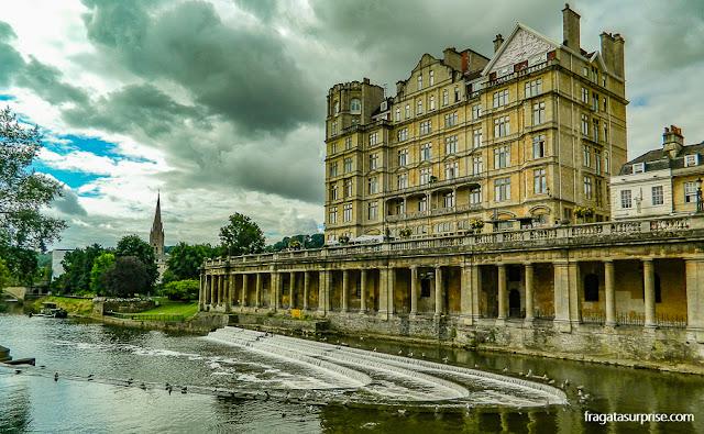 Parade Gardens e o Rio Avon em Bath, Inglaterra