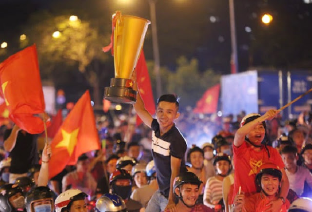 Vietnam streets overflow as football fans go to town over Asian Games history 8