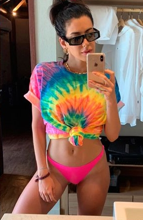 Camila Coutinho usando blusa colorida tie dye