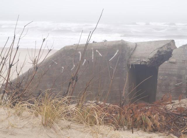 Wunderbarer Nebel am Strand von Houvig. Die Bunker am Strand von Houvig wirkten im Nebel ganz anders als sonst.
