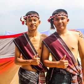 dua orang remaja dengan balutan kain ulos