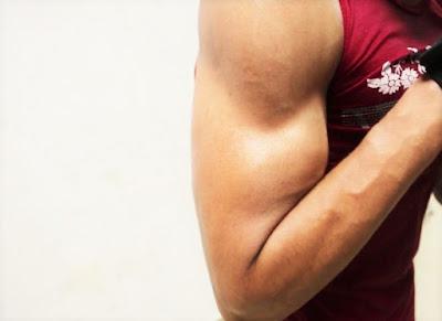 veliki-bicepsi-zgodnog-decaka