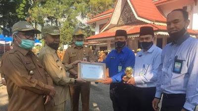 Bupati Kerinci Adirozal, Menyerahkan Penghargaan TOP of the TOP BUMD ke PDAM Tirta Sakti