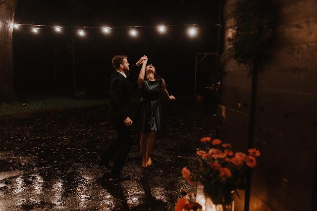 Dancing in the rain. Romantyczny, spontaniczny taniec w deszczu Lightsome Studio