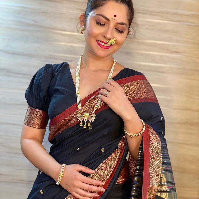 All About Hot and Sexy Marathi Actress Sonalee Kulkarnee | Saree Pics | Wallpapers