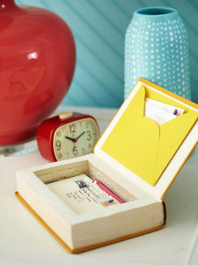 7 formas creativas de reciclar libros viejos (DIY), una caja con un libro viejo