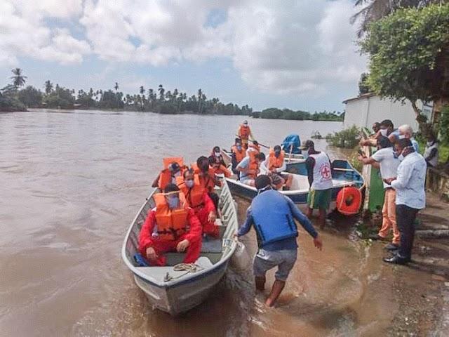 Conde-BA: Pessoas ilhadas são resgatadas pelos bombeiros