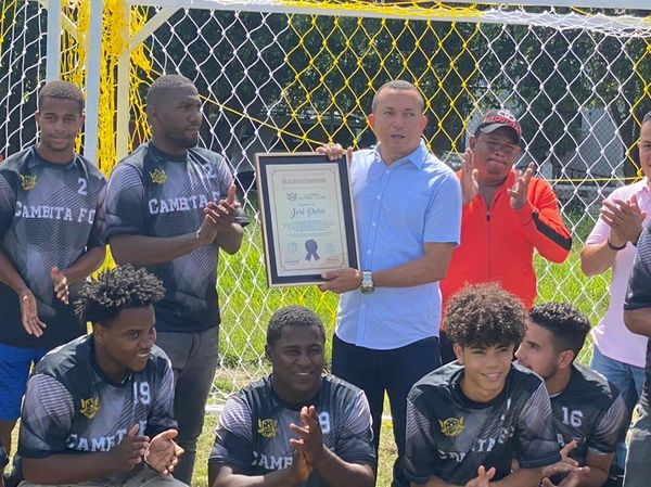 Alcalde José Peña recibe reconocimiento del Club de Fútbol de Cambita Garabitos