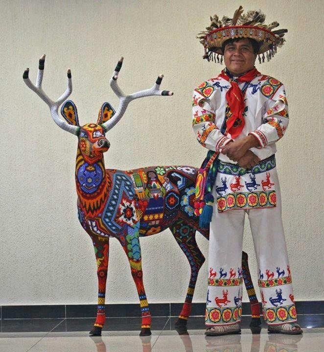 Huichol vistiendo su traje típico