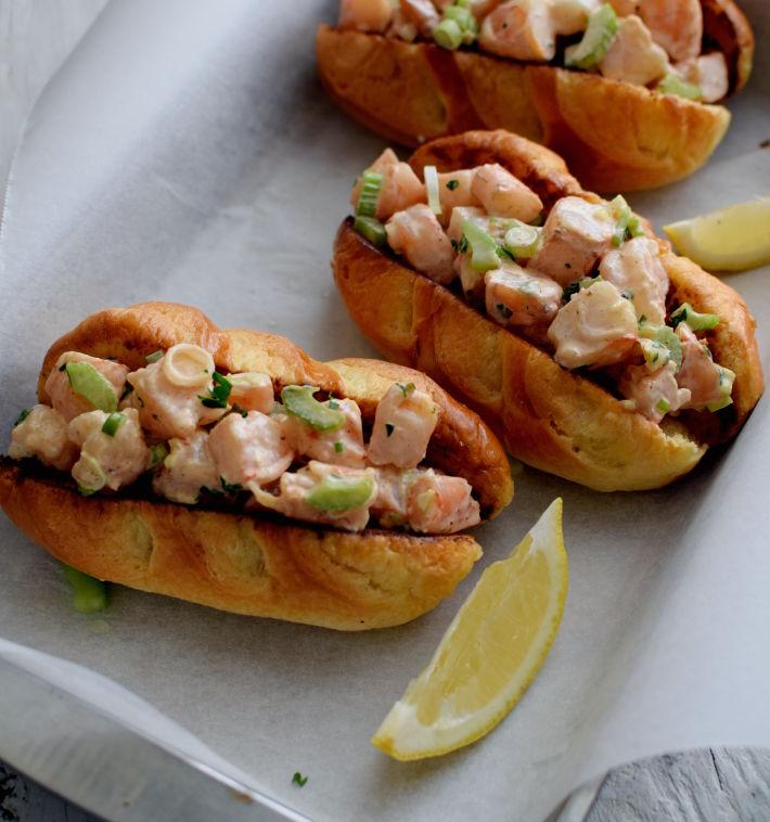 Sandwiches de camarón con pan brioche tostado en mantequilla