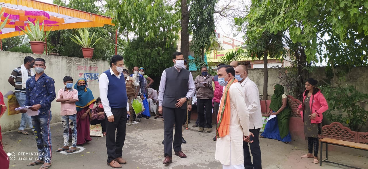 Jhabua News- कलेक्टर रोहित सिंह द्वारा रंगपुरा में आयोजित विकास खण्ड स्तरीय परीक्षण शिविर का जायजा लिया