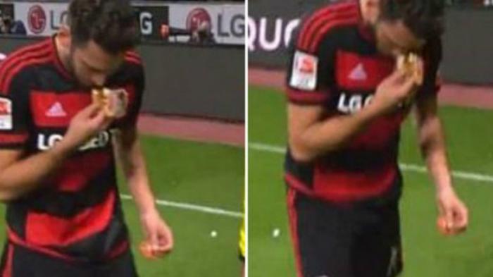 Dilempari Roti Babi, Reaksi Pemain Muslim Bayern Leverkusen Ini Mengejutkan