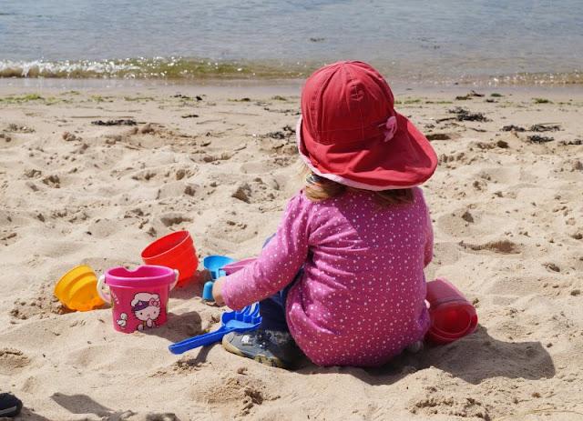 """#Familienmoment Nr. 47: Das stille Geschwisterkind. """"Stille Wasser sind tief"""", sagt man. Und manchmal sind es gerade die stillen Kinder, wie unser Geschwisterkind vom Kindergartenkind, die unsere Aufmerksamkeit und unsere Liebe besonders brauchen. Lest meinen #Familienmoment auf Küstenkidsunterwegs!"""