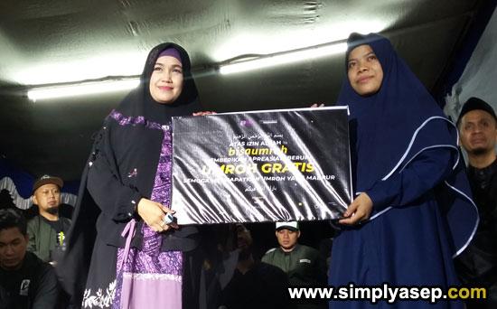 UMRAH GRATIS : Kak Nur diabadikan bersama rekanny saat menerima Plakat sinbolis hadiah Umrah Gratis yang ternyata hadiah dari Rizal Armada.  Sebuah Kejutan lainnya. Foto Asep Haryono