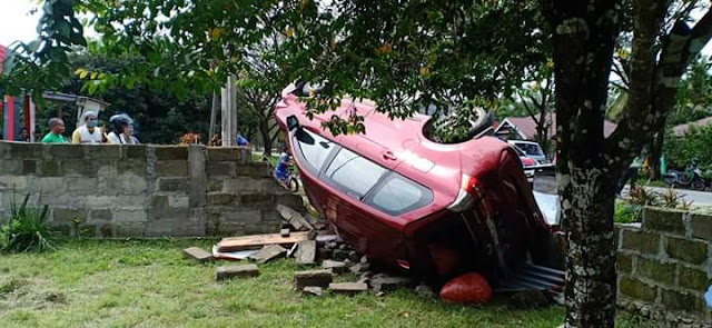 Sopir Hilang Kendali, Mobil Daihatsu Tabrak Pagar Beton Di Luwu Utara