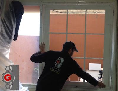 Instalando el fragil marco de la ventana.