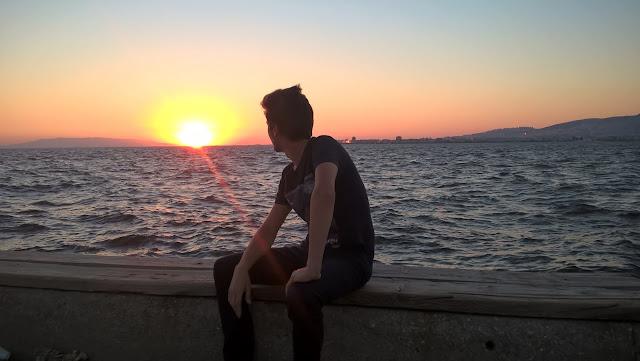 Harun İstenci İzmir Konak sahilinde, Kordon boyunda.