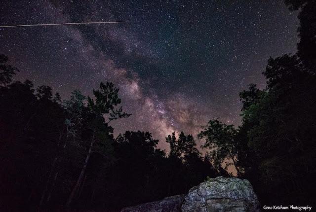 Via Láctea e meteoro registrado por Geno Ketchum em Arkansas, nos EUA, em 13 de julho de 2018