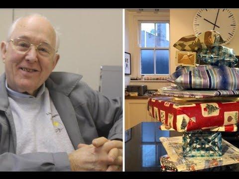 Перед смертью дедушка накупил 2-летней соседке подарков на каждое Рождество – до 14 лет
