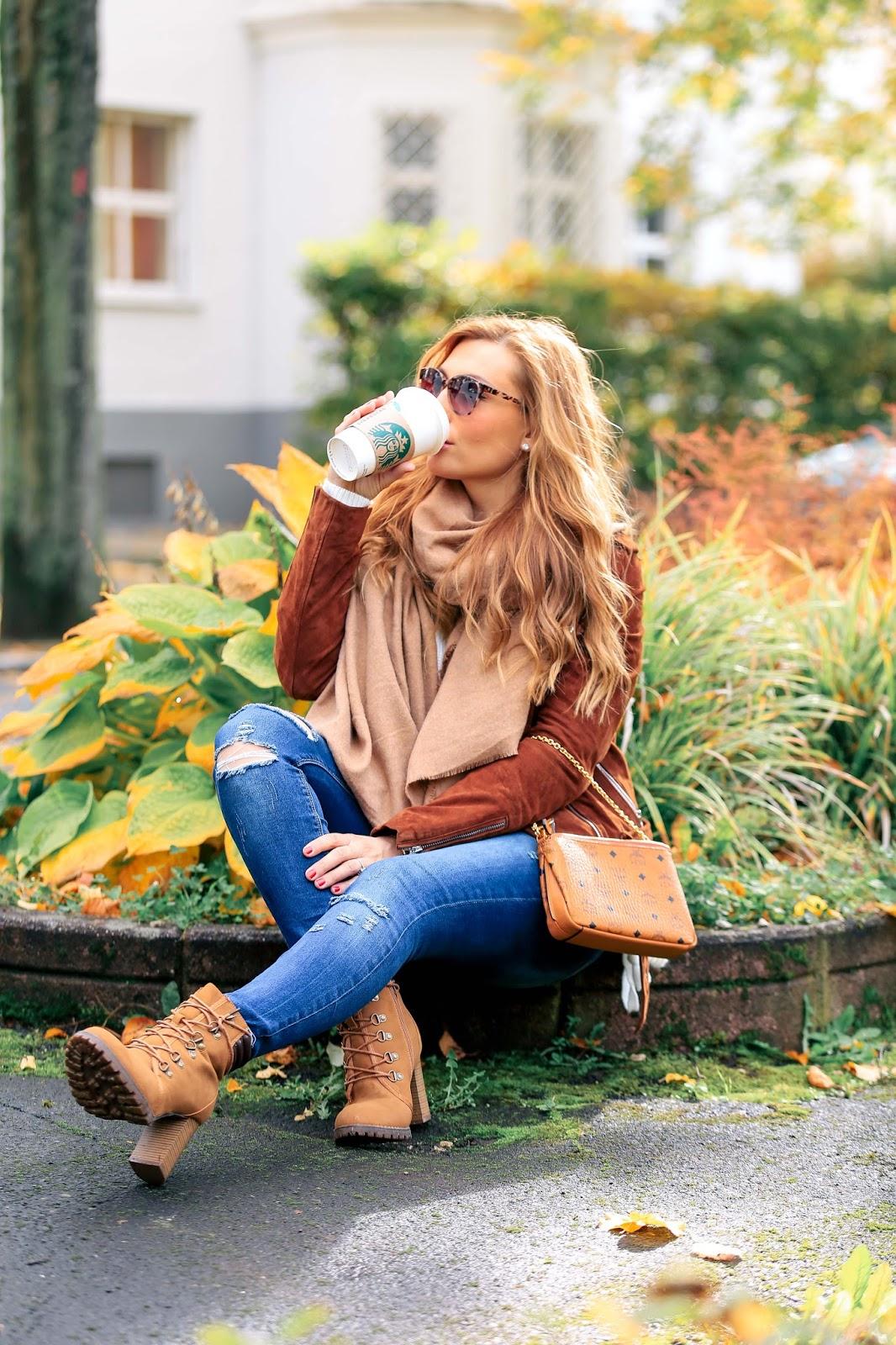 Braune-lederjacke-Fashionstylebyjohanna-blogger-Frankfurt-deutschlandfashionblog-outfit-ootd-pumps-hmtrend-beige-altrosa-oversize-cardigan-khaki-jeans-MCM-Tasche