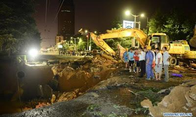Απίστευτο Βίντεο: Τεράστια τρύπα εμφανίστηκε από το πουθενά και «ρούφηξε» 3 ανθρώπους