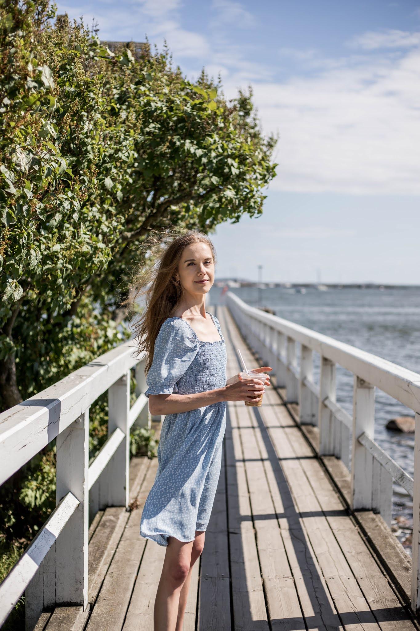 Vaaleansininen kukallinen kesämekko // Light blue floral summer dress