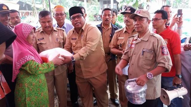 Wabup Suhatri Bur Serahkan Bantuan Korban Kebakaran, Di Nagari III Koto Aur Malintang Selatan