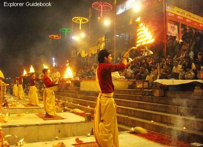 Ritual Gangaa Aarti pemujaan api di Varanasi Benares India