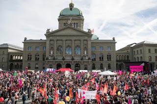مظاهرات في سويسرا للمطالبة بمساوة النساء في الرواتب مع الرجال