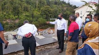 ADNAN Mat (tengah) dan  Setiausaha Agung (kiri)  meninjau dua buah rumah yang terlibat dalam kejadian tanah runtuh di Taman Gambang Damai, Kuantan, 5 Januari lalu.