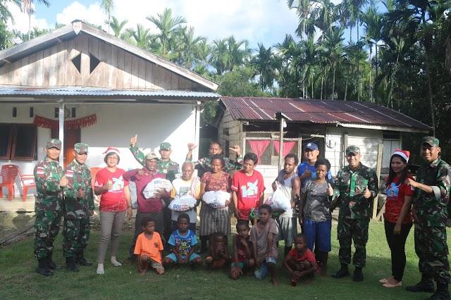 Peduli Kasih  Di Hari Natal,   Satgas Raider 300 Berikan Sembako Kepada Masyarakat Perbatasan