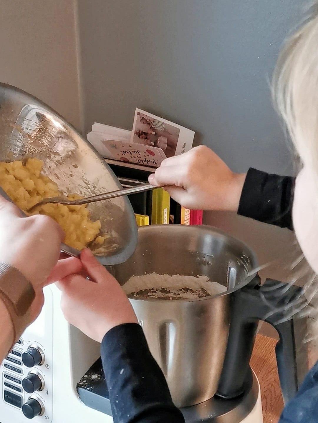 Schnell, einfach und unglaublich lecker: Unser ratzfatz Bananenbrot mit Rosinen, Nüssen oder Schokolade / Überreife Bananen aufbrauchen / Lebensmittel verwerten / no waste food / judetta.de