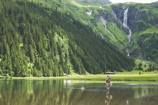 Memancing ikan di alam terbuka