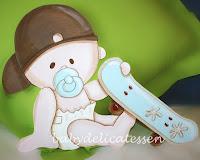 silueta de madera infantil bebé con skate babydelicatessen