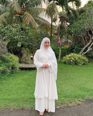 cewek cantik Gamis Putih Dinda Hauw