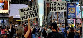 """متظاهرون تجمعوا في مدينة نيويورك يحملون شعار """"حياة السود مهمة"""""""