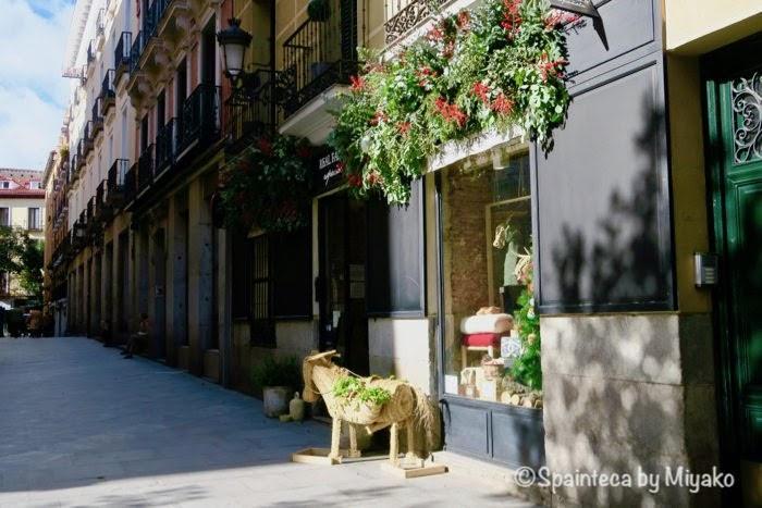 マドリードの歴史地区セルバンテス通りに佇む雑貨屋さんの店構え