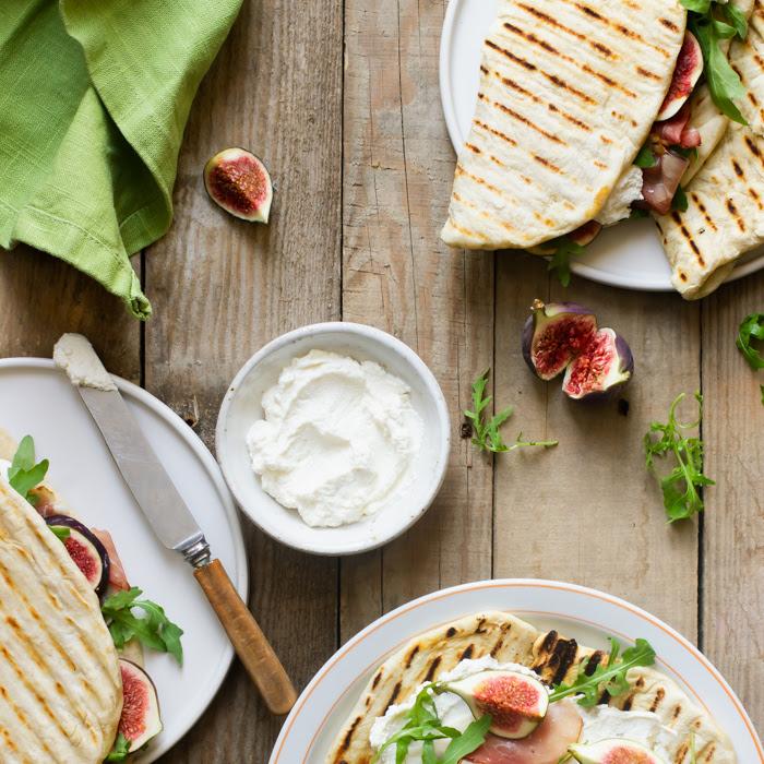 Jak zrobić włoską piadinę? Piadiny z ricottą, figami, prosciutto i rukolą