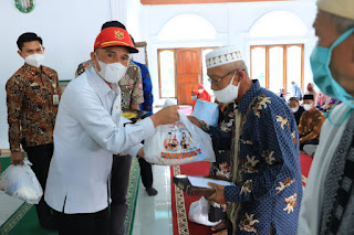 Bupati Lampung Barat Beri Bantuan Guru Honorer Guru Ngaji Imam Masjid dan Marbot