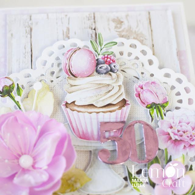 Babeczka w centrum kompozycji urodzinowej kartki handmade