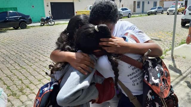 ADOLESCENTES ATIRAM DENTRO DE ESCOLA E MATAM 10 PESSOAS – ASSISTA..