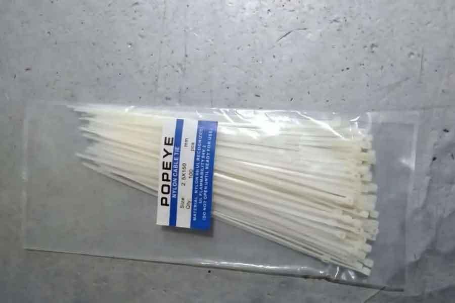 merapikan kabel dengan menggunkan kabel ties