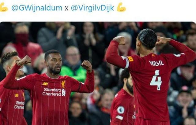 Gelandang Liverpool, Georginio Wijnaldum, merayakan golnya bersama Virgil van Dijk dalam laga Liga Inggris kontra West Ham United di Stadion Anfield, Senin (24/2/2020)