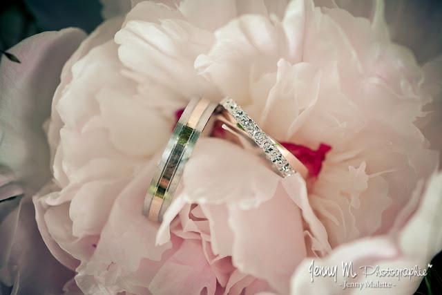 photos alliances des mariés dans fleur rose bouquet de mariée