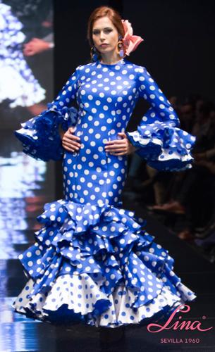 traje de flamenca azul con lunares de Lina