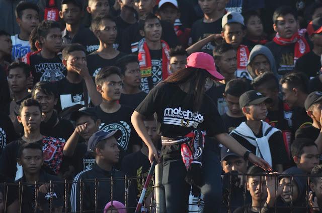 Tak Hanya Sekedar Sebagai Penonton, Mereka Juga  Tak Segan-Segan Untuk Bernyanyi Memberikan Yel-Yel Dan Memberikan Dukungan Yang Total Pada Tim Kebanggaannya