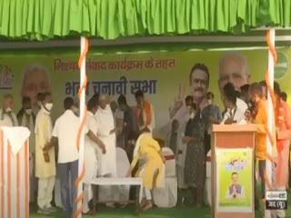 बिहार चुनाव: लालू की बहू ऐश्वर्या राय ने चुनावी सभा में छुए नीतीश कुमार के पैर