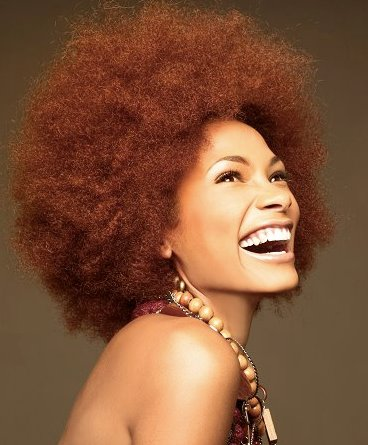 mujer afro sonriente