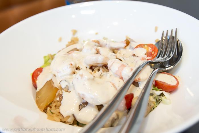 ensalada Shanghai, con setas shitake salteadas, langostinos, arroz de soja, tomatitos cherry, piña caramelizada, sésamo tostado y lechuga Blue Frog